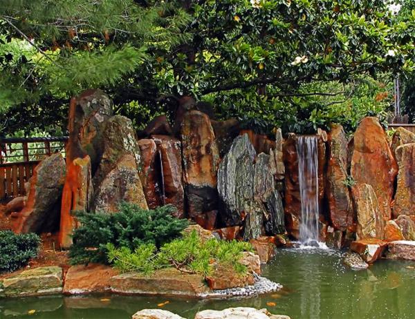 Những khối đá tạo điểm nhấn cho thác nước